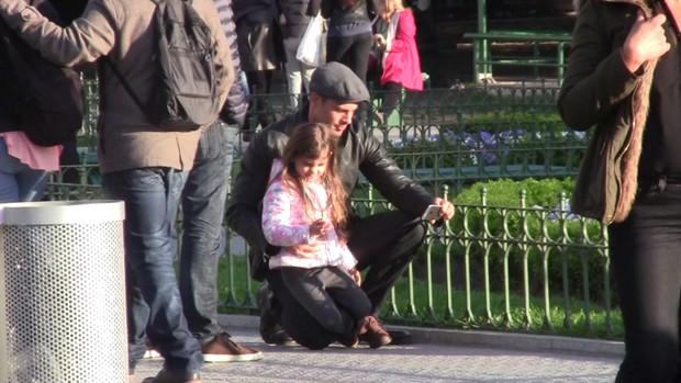 Cauã Reymond passeia com Mariana Goldfarb e a filha, Sofia, na Argentina (Foto: Damian Blanco/Divulgação)
