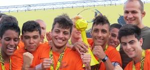 Santos PNI repete boas atuações e levanta taça no futebol society (Daniel Cardoso (Globoesporte.com))