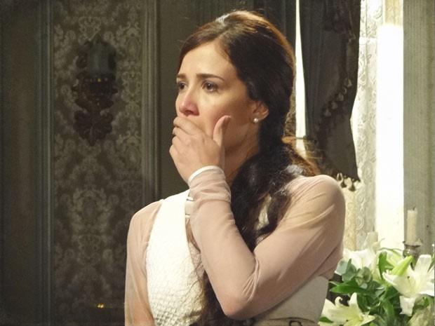 Laura não acredita na crueldade da rival (Foto: Lado a Lado / TV Globo)