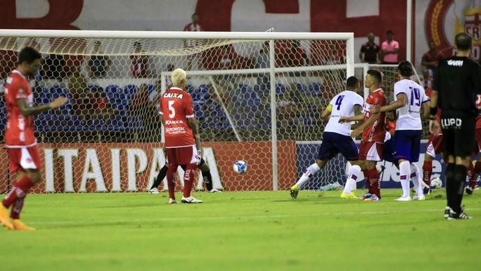 Kiaza empata o jogo entre CRb e Bahia aos 45 minutos do segundo tempo (Foto: Ailton Cruz/ Gazeta de Alagoas)