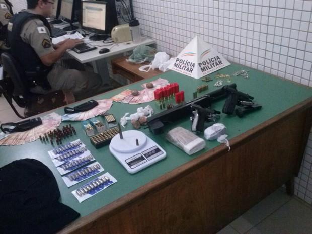 Material foi encontrado no comércio do homem que foi preso  (Foto: Divulgação/PM)