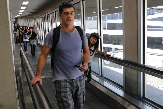 Eduardo Moscovis grava Louco por Elas em aeroporto no Rio de Janeiro (Foto: Louco por Elas / TV Globo)