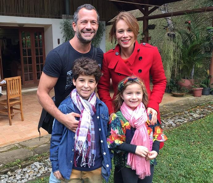 Malvino e Mariana posam com os atores mirins Luiz Felipe e Yasmin, que irão interpretar seus personagens na infância (Foto: Letícia Veiga/Globo)