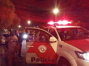 Noivo chegou com viatura da polícia em seu casamento (Foto: Elizabeth Affonso/Arquivo Pessoal)