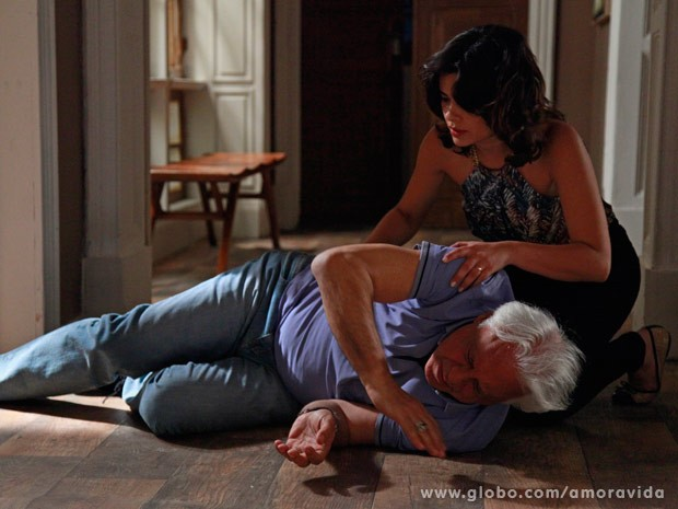 César cai e Aline socorre (Foto: Ellen Soares/ TV Globo)