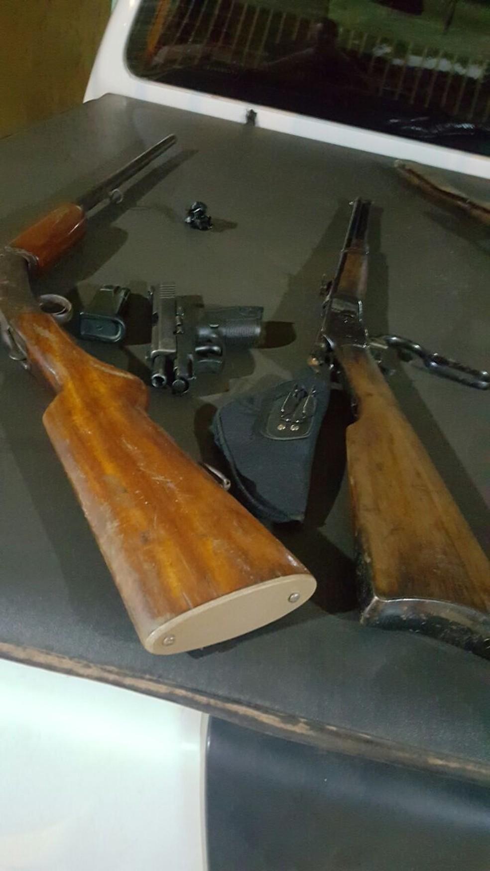 Pistola e espingardas apreendidas por grupo que furtava celulares (Foto: Polícia Civil/Divulgação)