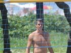 Márcio Garcia joga futevôlei em praia do Rio