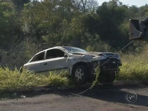 Guincho demorou 30 minutos para retirar o carro da ribanceira (Foto: Reprodução/TV TEM)
