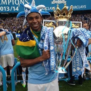 Fernandinho festejou o título com uma bandeira do Brasil (Foto: Reprodução/Instagram)