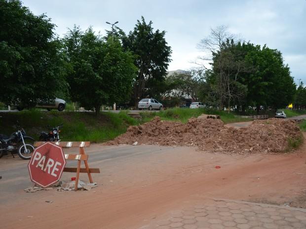 Ponte inteditada em Cacoal, RO (Foto: Rogério Aderbal/G1)