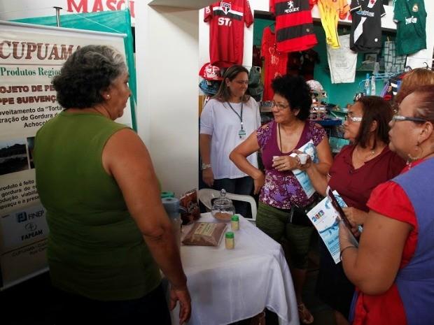 Feirantes tiveram oportunidade de conhecer de mais perto sobre estudos científicos desenvolvidos no Estado (Foto: Ricardo Oliveira/Ag.Fapeam)
