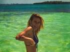 Carolina Dieckmann aproveita dia em praia e impressiona com cinturinha