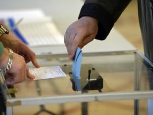 Eleitor vota em Paris neste domingo (23) durante o primeiro turno das eleições municipais na França. (Foto: Miguel Medina/AFP)
