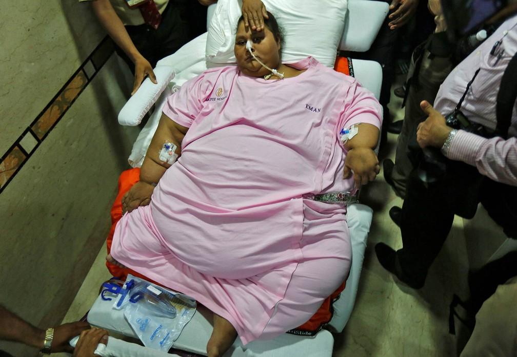 A egípcia Eman Ahmed, que chegou a ser apontada a mulher mais pesada do mundo com mais de 500 kg, deixa o hospital de maca após se recuperar de uma cirurgia de redução de peso que a fez perder mais de 300 kg em Mumbai, na Índia (Foto: Shailesh Andrade/Reuters)