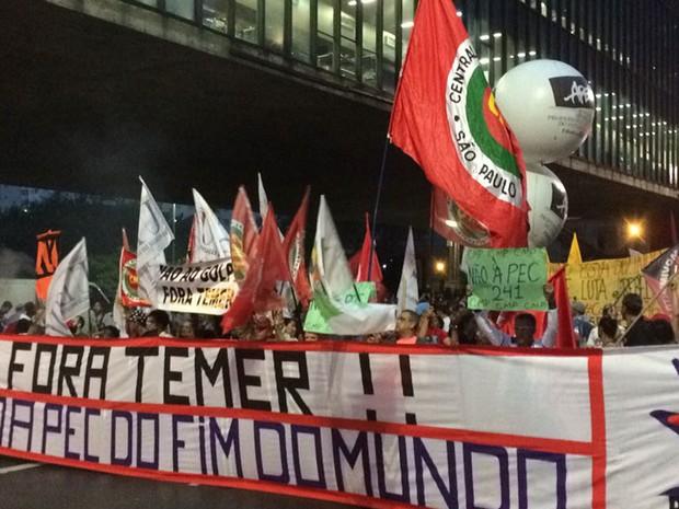Manifestantes protestam contra o governo do presidente em exercício Michel Temer (PMDB), em frente ao Museu de Arte de São Paulo (Masp), na Avenida Paulista (Foto: Livia Machado/G1)