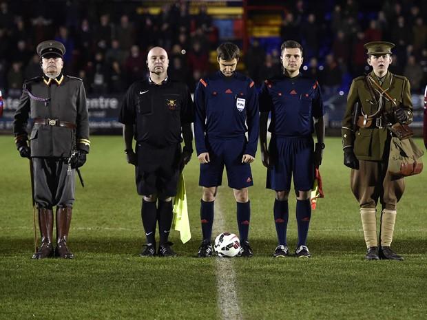 Os capitães dos times de futebol do Exército Britânico, sargento Keith Emmerson (direita), e do Exército Alemão, capitão Alfred Hess, antes do início da partida que reproduz o 'Jogo da Trégua', realizado em dezembro de 1914 (Foto: Reuters/Toby Melville)