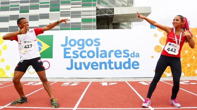 Mateus e Vitória imitam Usain Bolt depois do pódio dos Jogos Escolares da Juventude (Foto: Divulgação/COB)