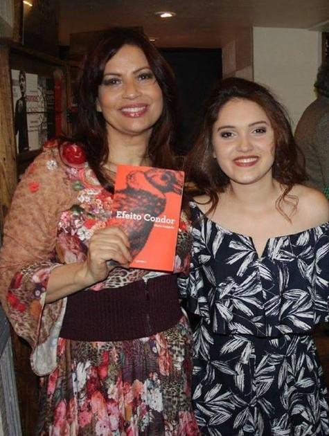 Isadora e a filha mais velha Maria (Foto: Reprodução / Facebook)