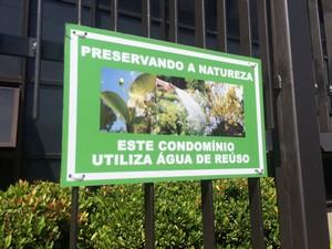 Placas avisam que água usada no condomínio é reaproveitada (Foto: Matheus Rodrigues/ G1)