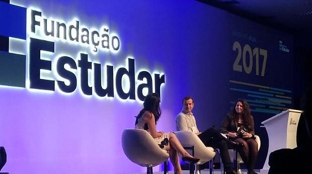 Cristina Junqueira (à esq.) ao lado de Pedro Drevon, CEO da Kraft Heinz, em palestra mediada por Déborah Alves, bolsista da Fundação Estudar (Foto: Época Negócios)