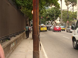 Há risco de choque com fios partidos de ligações clandestinas, diz Light (Foto: Alba Valéria Mendonça/ G1)