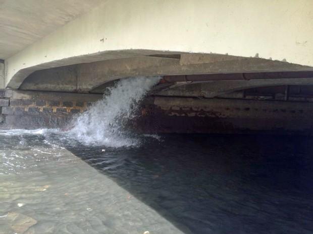 Vazamento de água na Avenida Agamenon Magalhães (Foto: Kety Marinho/TV Globo)