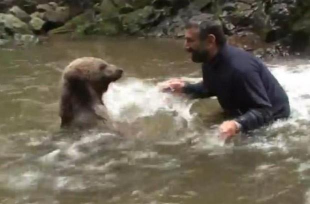 Homem se arriscou e foi filmado brincando com urso em rio (Foto: Reprodução/YouTube/DailyPicksandFlicks)
