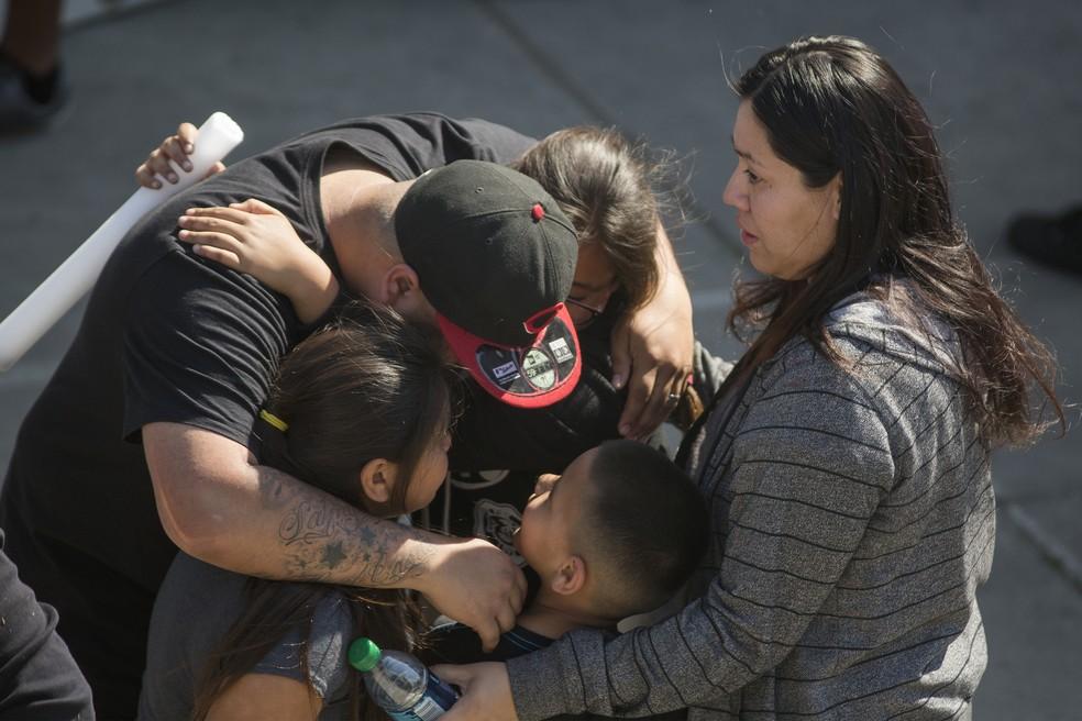 Parentes de alunos da escola North Park, em San Bernardino, buscam filhos após homem armado disparar em sala de aula nesta segunda-feira (10) (Foto: DAVID MCNEW / GETTY IMAGES NORTH AMERICA / AFP)