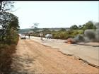 Manifestantes queimam pneus durante protesto em rodovia em Buri