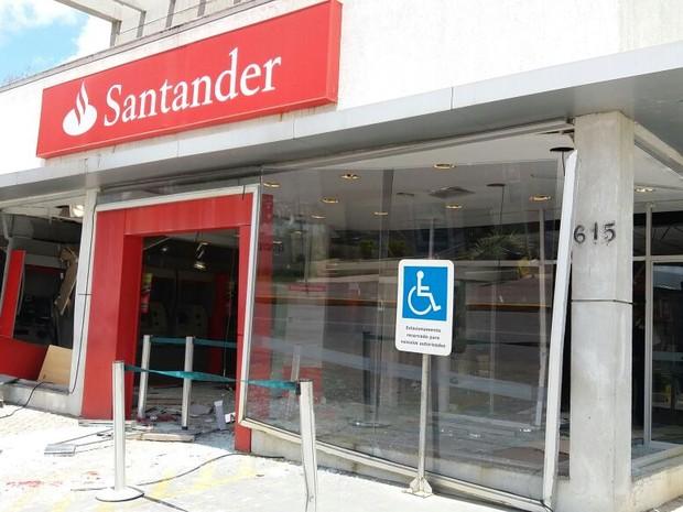 Agência do Santander do Cabo ficou destruída com explosão (Foto: Marlon Costa/Pernambuco Press)