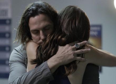 Júlia se joga nos braços de Gui ao vê-lo chegar ao hospital