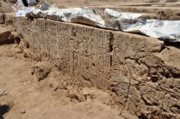 Foto divulgada nesta segunda-feira (19) mostra o local onde partes de um templo da época do rei Ptolomeu II foram descobertas em Beni Suef, no Egito. (Foto: AFP Photo / HO / Egyptian Ministry of Antiquities )