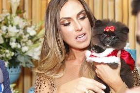 Nicole Bahls ganha de presente um filhote de cachorro (Foto: Anderson Barros / EGO)
