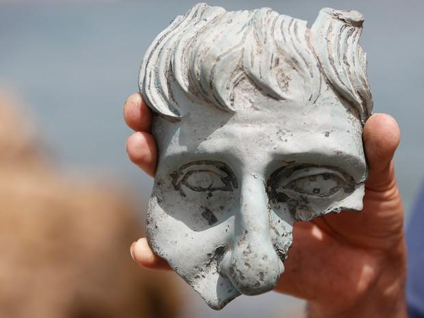 Parte de estátua está entre as peças de cerca de 1,6 mil anos encontradas na Cesarea, em Israel  (Foto: Baz Ratner/Reuters)