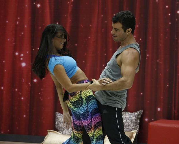 Ator aprende todos os passos da coregrafia (Foto: Fábio Rocha/TV Globo)