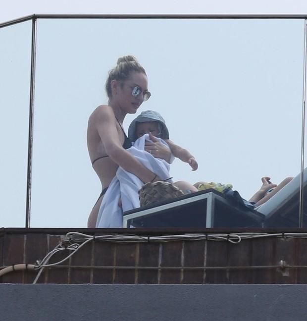 Candice Swanepoel com o filho, Anacã (Foto: André Freitas e Gabriel Reis/ Agnews)
