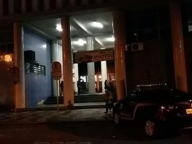 Policiais cumprem mandados na reitoria da UFPR, em Curitiba  (Foto: Divulgação/PF)