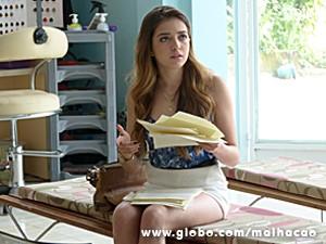 Flaviana prepara pedido de desculpas por escrito (Foto: Malhação / TV Globo)