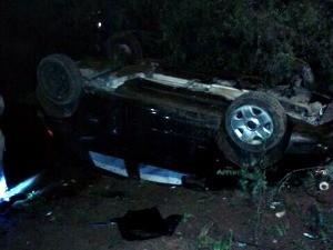 Carro foi encontrado capotado após tiroteio (Foto: Brigada Militar/Divulgação)