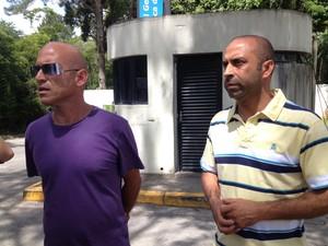 Metalúrgicos tentam localizar o pai em hospitais (Foto: Ana Carolina Moreno/G1)