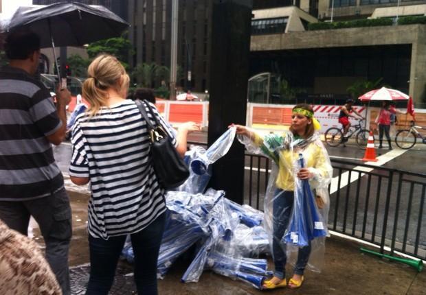 Glaucia distribui vuvuzelas que sobraram da Copa do Mundo (Foto: Thais Lazzeri/ÉPOCA)