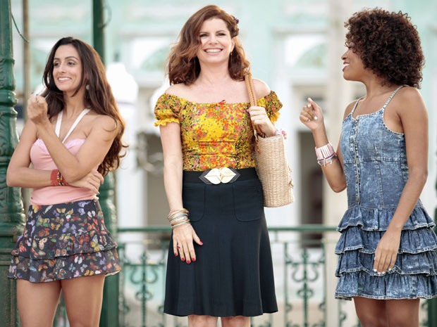 Risoleta, na pele de Debora Bloch, e suas meninas vão movimentar Bole-bole  (Foto: TV Globo/Saramandaia)