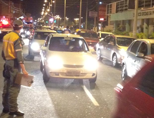 Agentes da Secretaria de Mobilidade Urbana (Semob) estiveram no local do acidente, que ficou congestionado (Foto: Walter Paparazzo/G1)