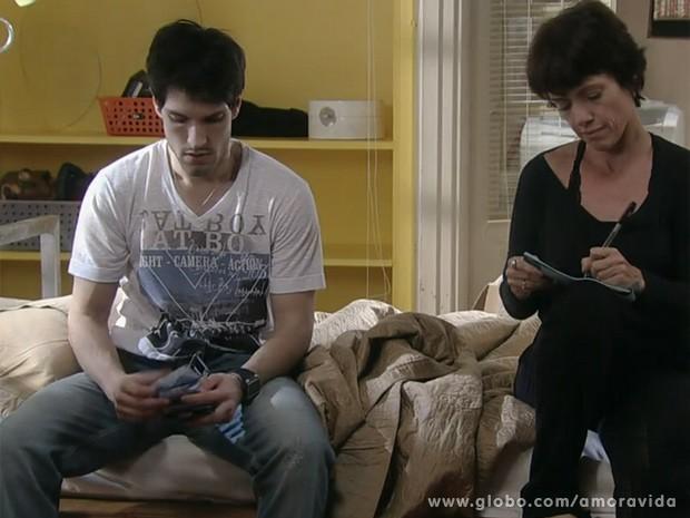 Joana assina mais cheques para o namorad (Foto: Amor à Vida)