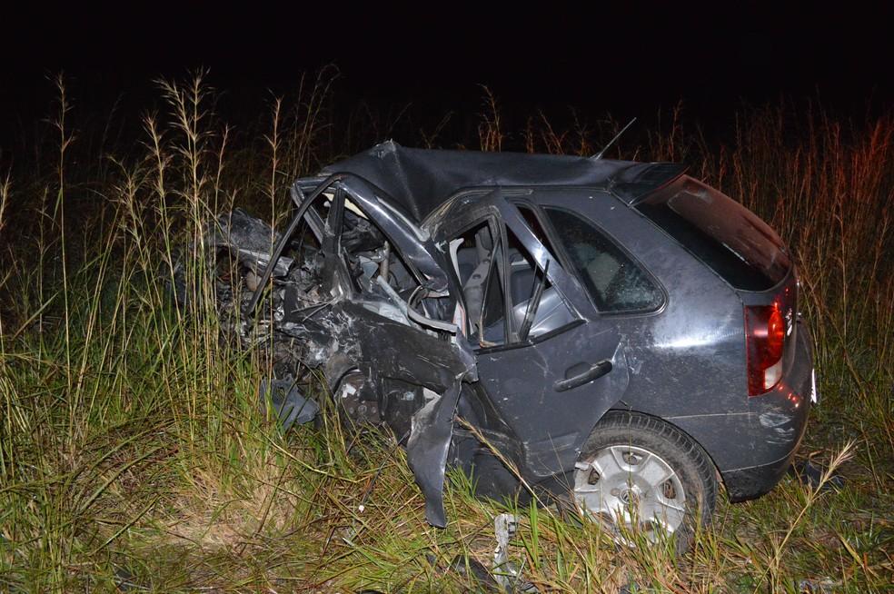 Carro ficou destruído após a colisão frontal  (Foto: Manoel Moreno / I7 Notícias )