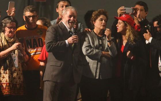 Ato público pró-Lula realizado com a presença do ex-presidente Luiz Inácio Lula da Silva, ex-presidente Dilma Rousseff e integrantes do PT  (Foto: Geraldo Bubniak / AGB / Agência O Globo)
