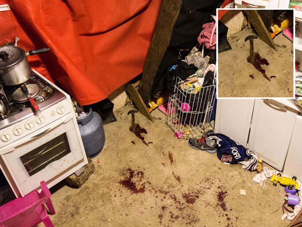 Martelo encontrado no local onde morreu Leandro de Souza Santos, 18 anos, na Favela do Moinho (Foto: Rogério de Santis/Futura Press/Estadão Conteúdo)