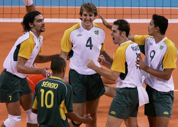 Seleção comemora mais um ponto conquistado em Atenas - 2004 (Foto: Getty Images)