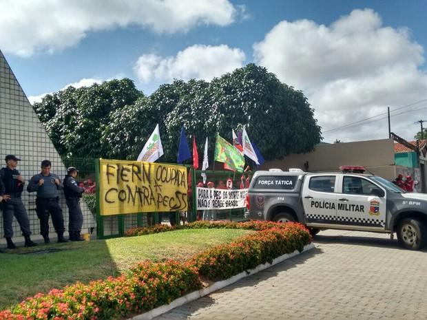 Fiern é ocupada por manifestantes na manhã desta sexta-feira (25) (Foto: Alice Soares / Band Natal)