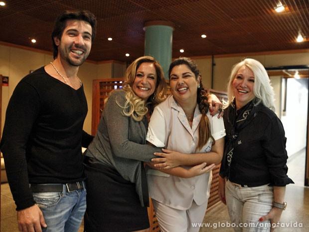 Grupo posa para a foto (Foto: Amor à Vida/ TV Globo)